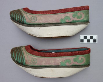 Pair of Manchu 'flower bowl' shoes worn in imitation of Han lotus shoes, c. 1910 (TRC 2013.0062).