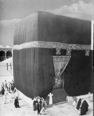 The kiswa with the main hizam band and door covering (sitara), plus some extra, square panels below the hizam (c. 1910).