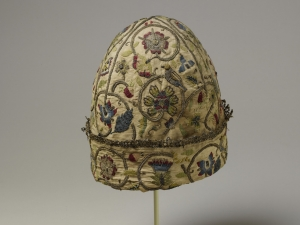 An early seventeenth century embroidered nightcap/negligé cap