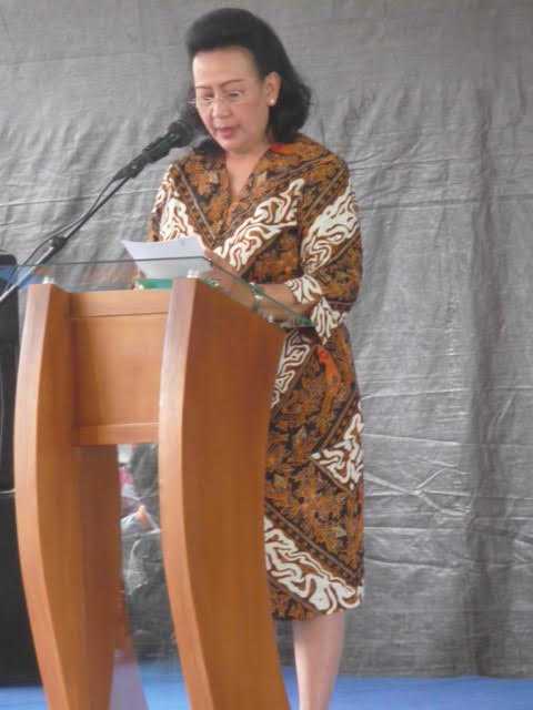 Wife of the Sultan of Yogyakarta giving a speech, dressed in batik.