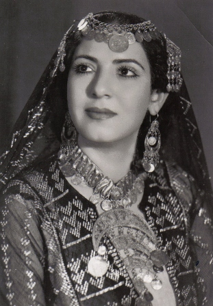 Egyptian performer of the 1940´s wearing badla decorated clothing. Postcard TRC collection.